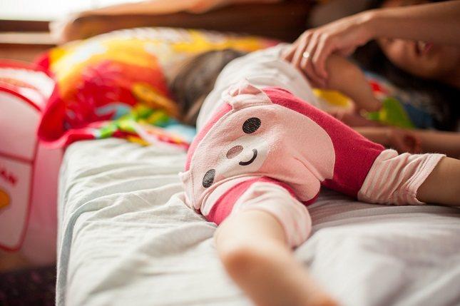 Sujétale de las manos y tira suavemente al bebé hacia una posición sentada