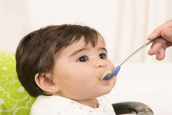 Reduce la cantidad de tentempiés que le ofreces al niño