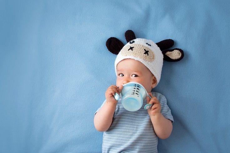 Algunos padres acuestan a su bebé con un biberón