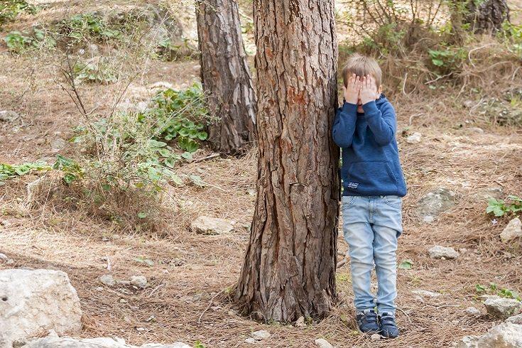 El escondite mantiene el motor de un niño en funcionamiento