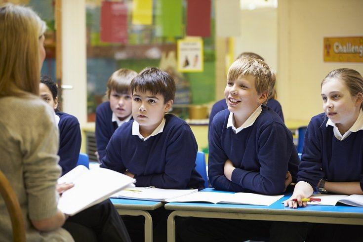 Un cambio de colegio no supone que el niño tenga que cortar de raíz el contacto con sus antiguos amigos