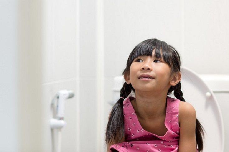 Hay que limpiarse las manos después de ir al baño o de manipular tierra