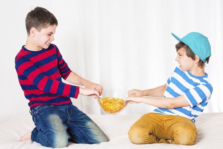 Puedes ayudar a enseñar a los niños pequeños a ignorar los comportamientos negativos