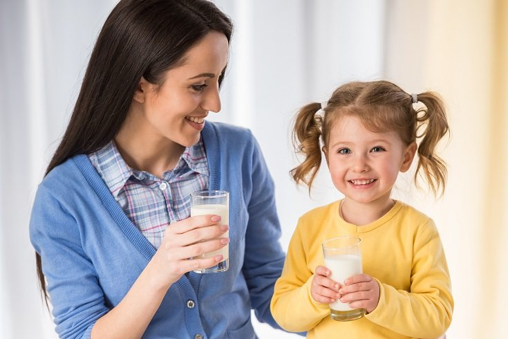 Los niños de cuatro a cinco años deben beber principalmente agua y leche
