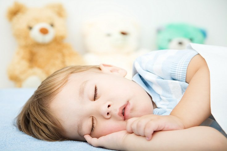 Los padres deben dejar al pequeño despierto en su cama de una manera cariñosa