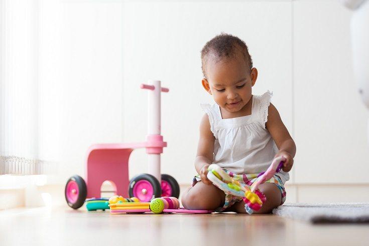 Los objetos que el niño ve y sigue con los ojos los notan y absorben en su conocimiento