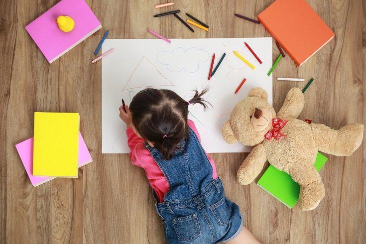 Los niños disfrutan practicando habilidades motoras finas en forma de juegos