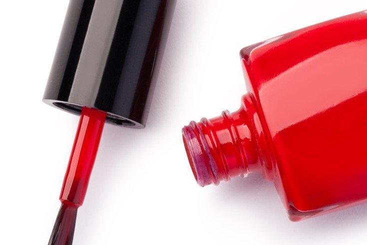 Pintarse las uñas es una de las actividades que más pueden llamar la atención de los más pequeños