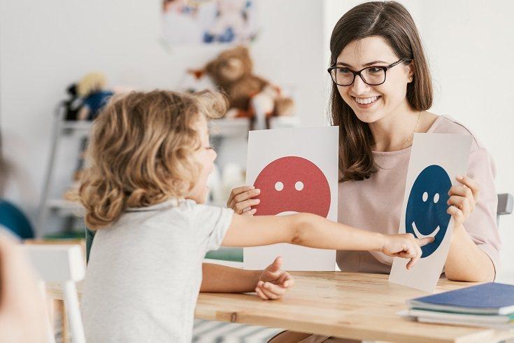 Supervisa las interacciones de tu hijo con otras personas