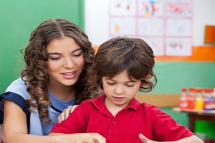 El maestro tiene en cuenta que todos los estudiantes progresan a un ritmo diferente