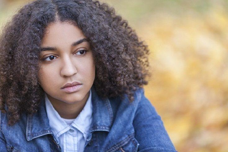 Muchos factores pueden causar depresión en los adolescentes
