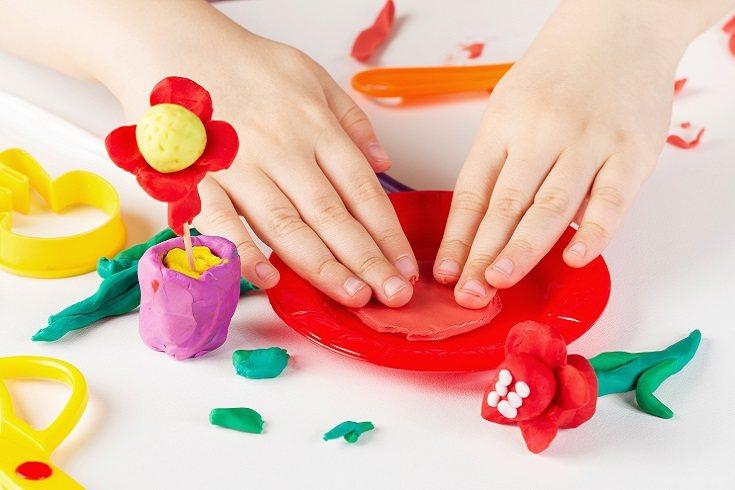 El estar jugando y experimentando con la plastilina va a ayudar al niño a fomentar la motricidad