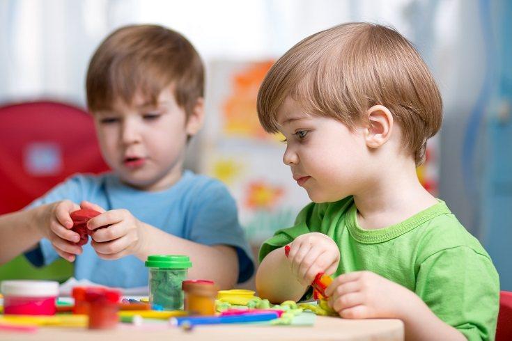 Jugar con la plastilina de una manera habitual ayuda al pequeño a mejorar su concentración