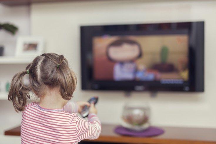 Ver televisión le quita tiempo a actividades más beneficiosas como jugar afuera
