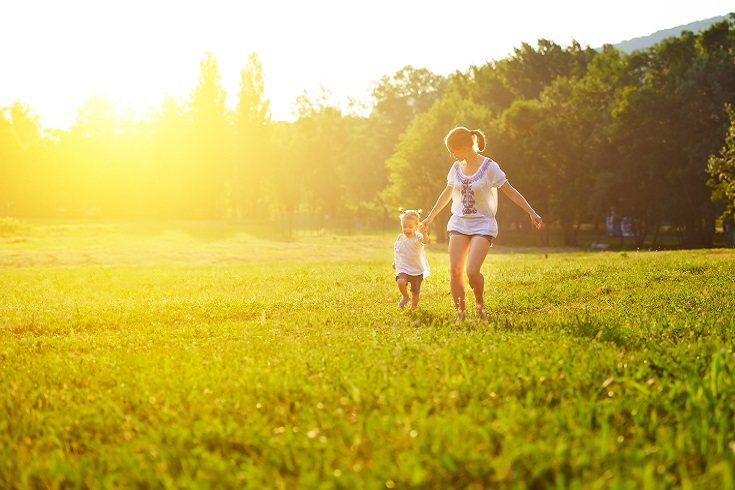 Es importante mostrarle a tu hija que tratas y hablas con tus amigos y compañeros con respeto