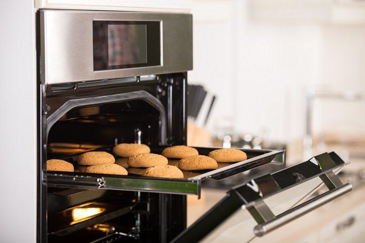 Mientras las galletas se enfrían, ve preparando la glasa