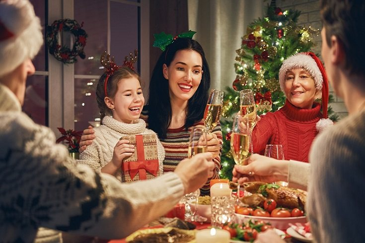 En la mesa de Navidad se sientan muchas personas, de diferentes edades