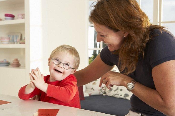 El refuerzo social utiliza las relaciones existentes entre niños, padres, hermanos y compañeros