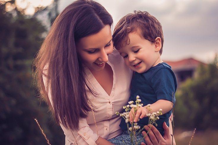 Son muchos los beneficios los que tiene el dar un abrazo a diario a tu hijo