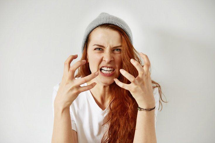 Cuando un adolescente siente enfado, el adolescente puede experimentar dificultades para expresarlo
