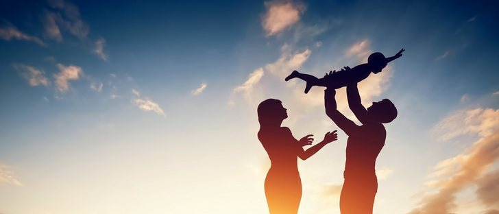 ¿Es bueno el coger a los hijos de cierta edad en los brazos?