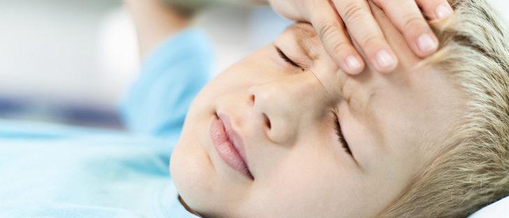 Dolor de cabeza medio de la frente niño