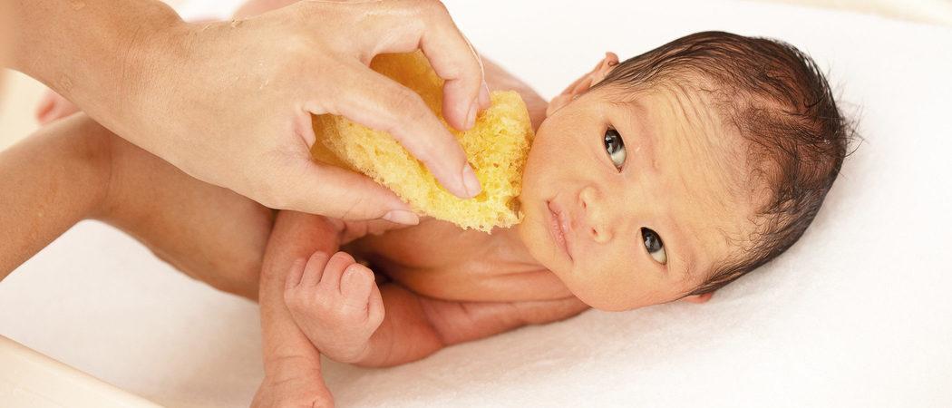 Cómo lavar y limpiar a un bebé recién nacido