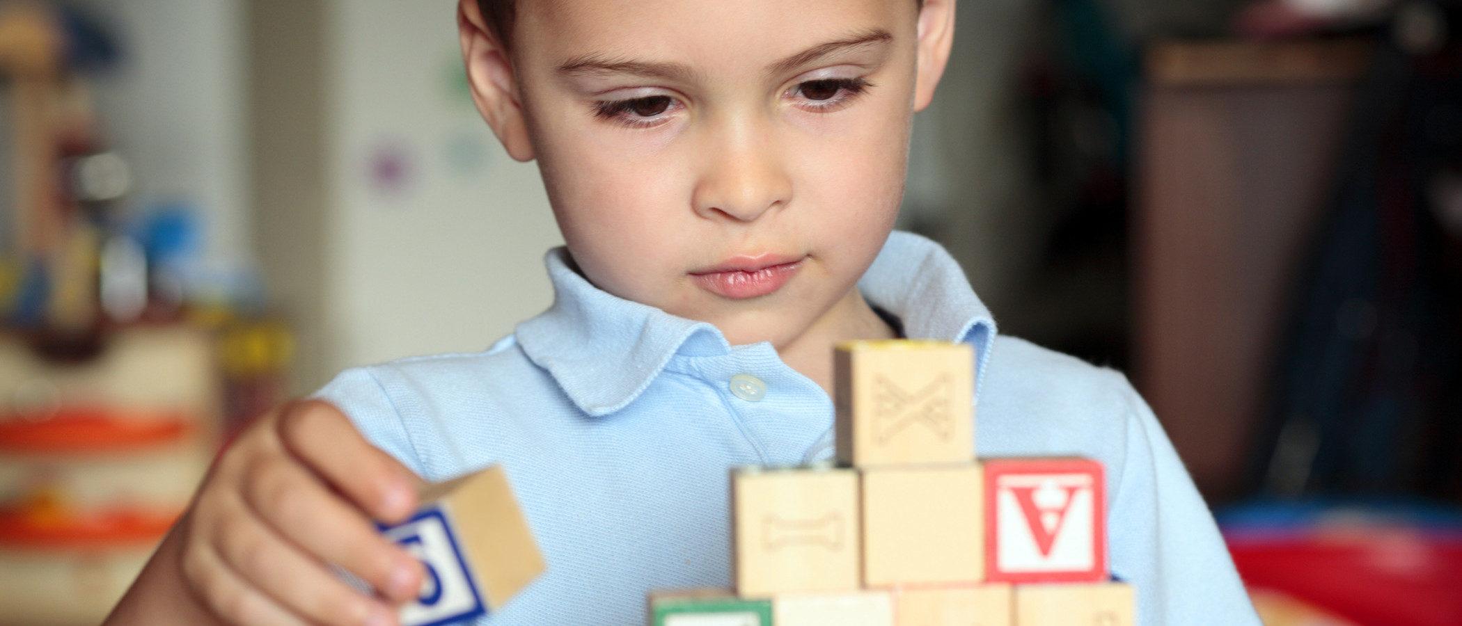 Cómo tratar a un niño autista