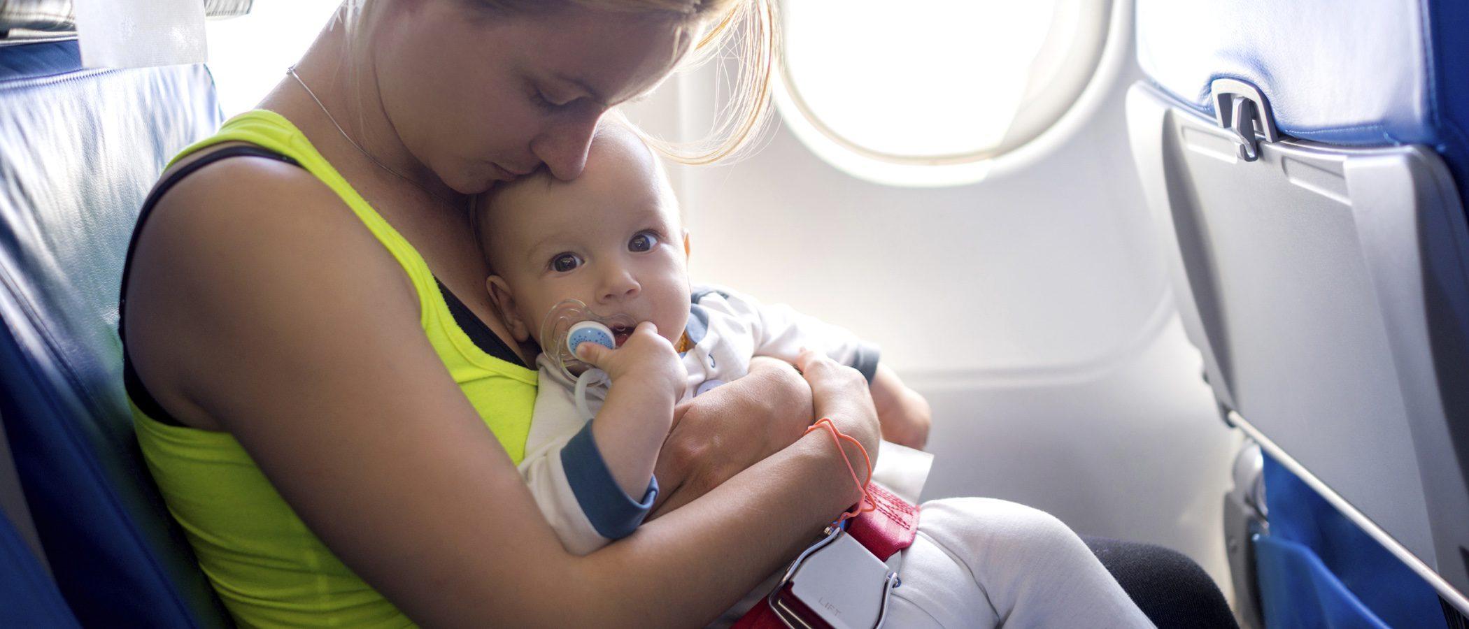 ¿Puedo viajar en avión con mi hijo recién nacido sin riesgos?