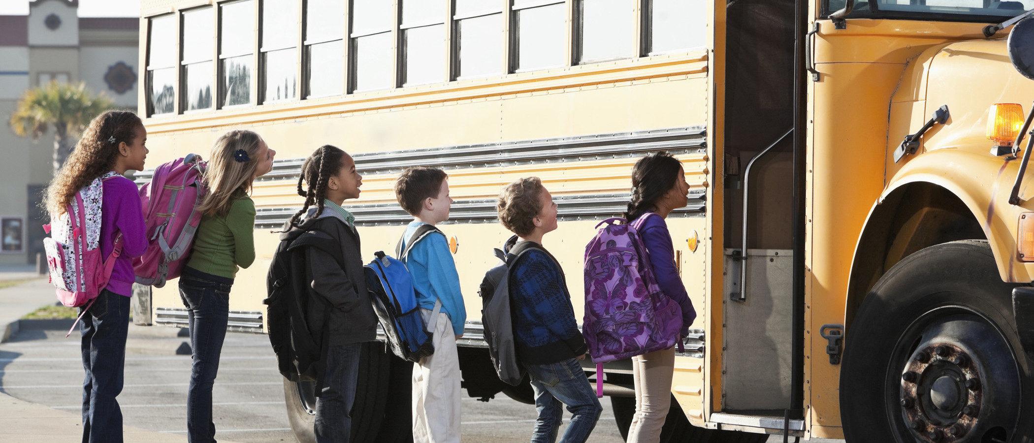 ¿Bus escolar o transporte público? Elige la mejor opción para que tus hijos vayan al colegio