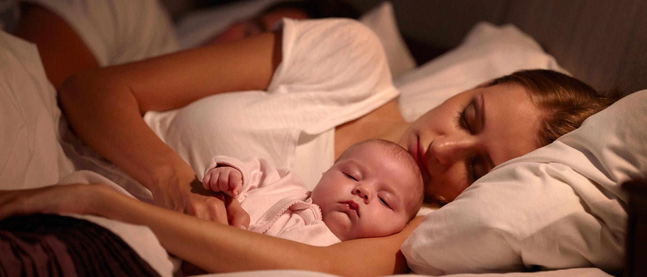 Ventajas e inconvenientes de que un bebé duerma en la cama con sus padres