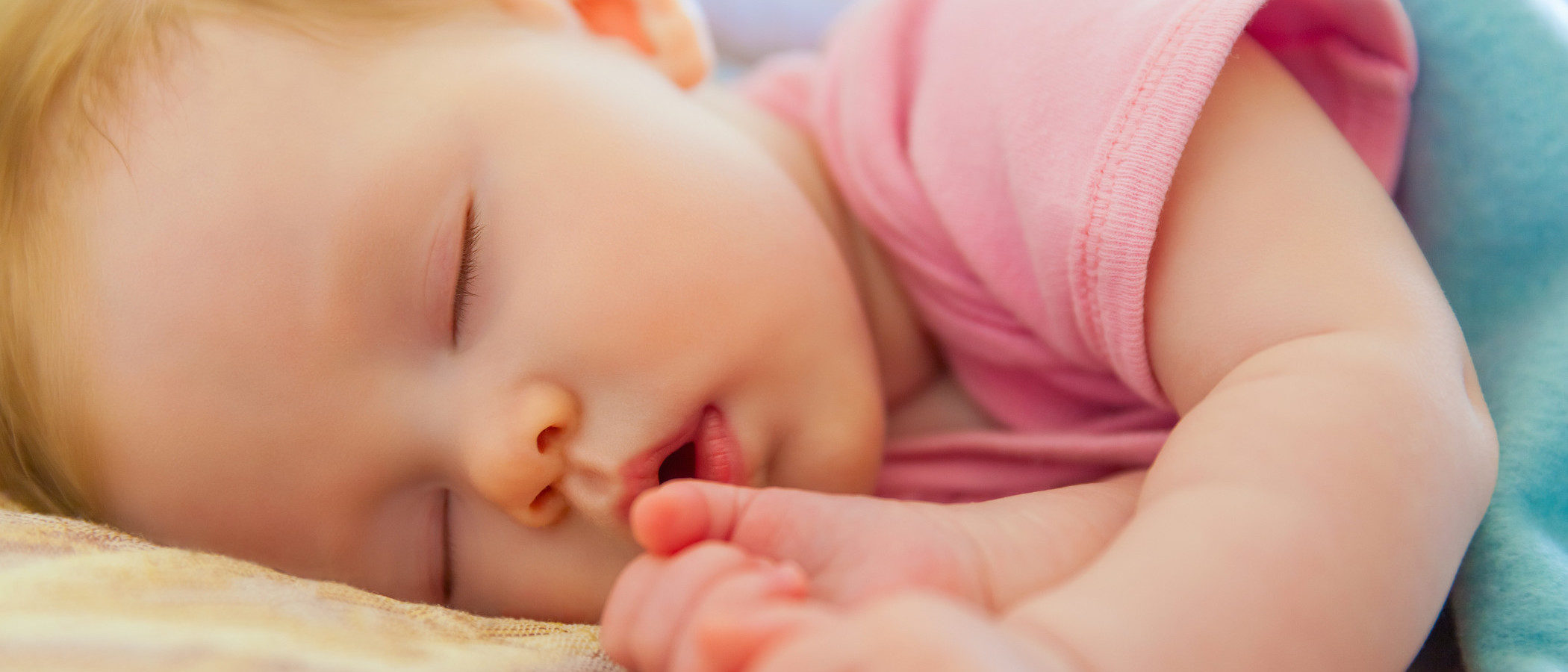 ¿A qué edad debe un bebé dormir en su propia habitación?