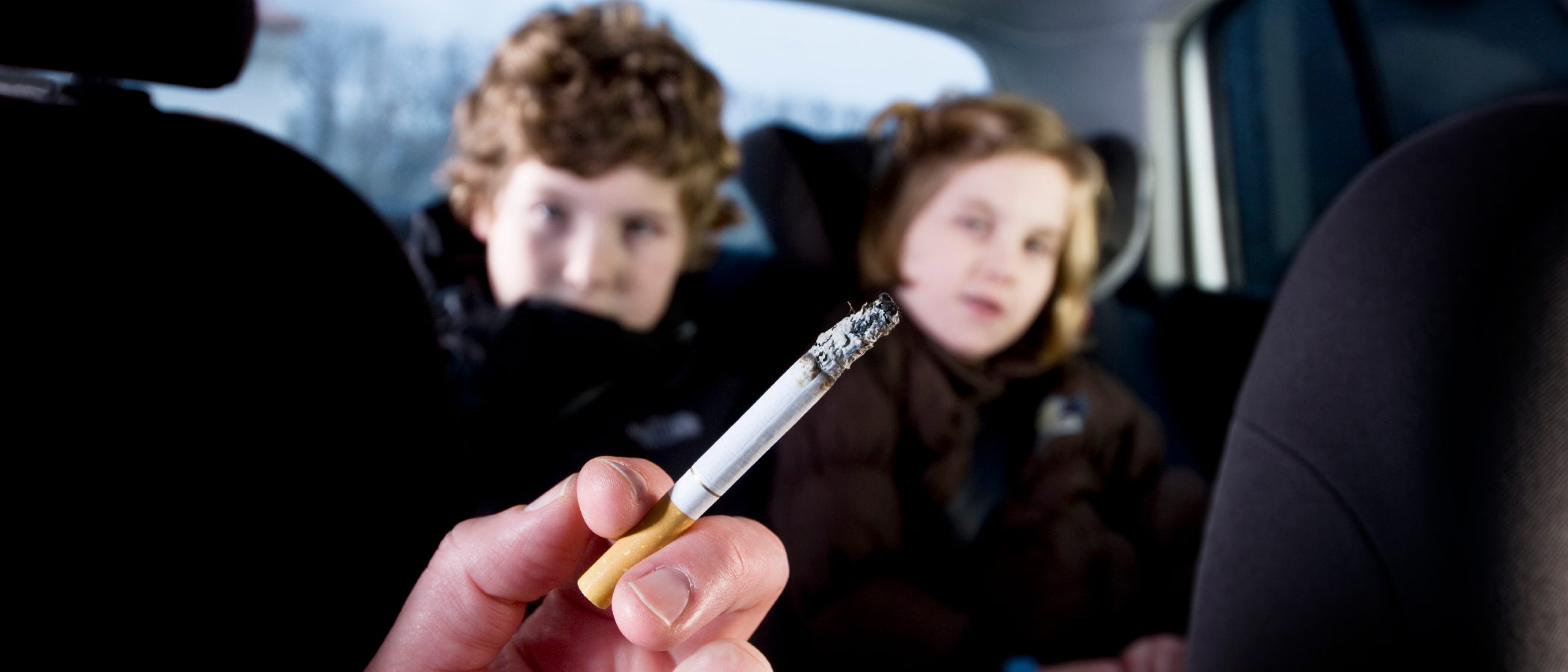 Resultado de imagen para fumar frente a niños