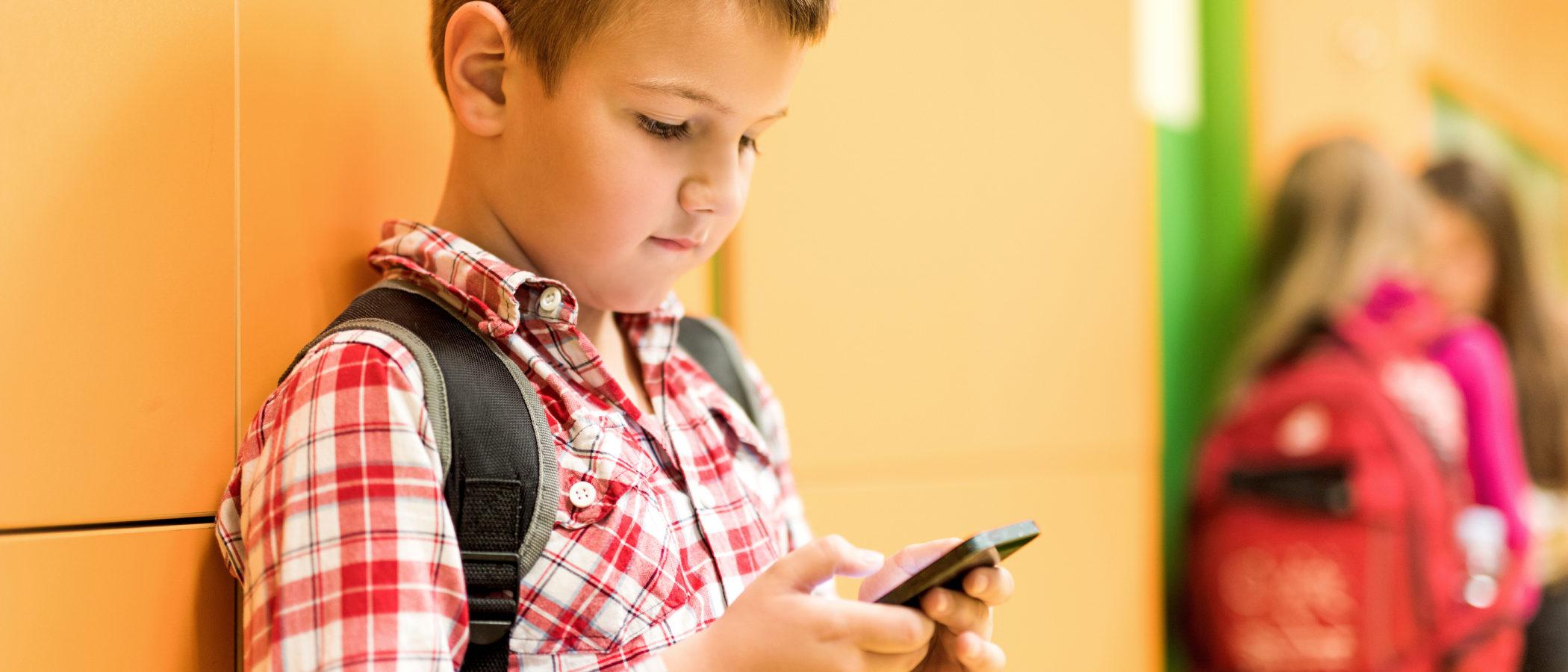 Mi hijo se pasa todo el día con el WhatsApp, ¿qué hago?