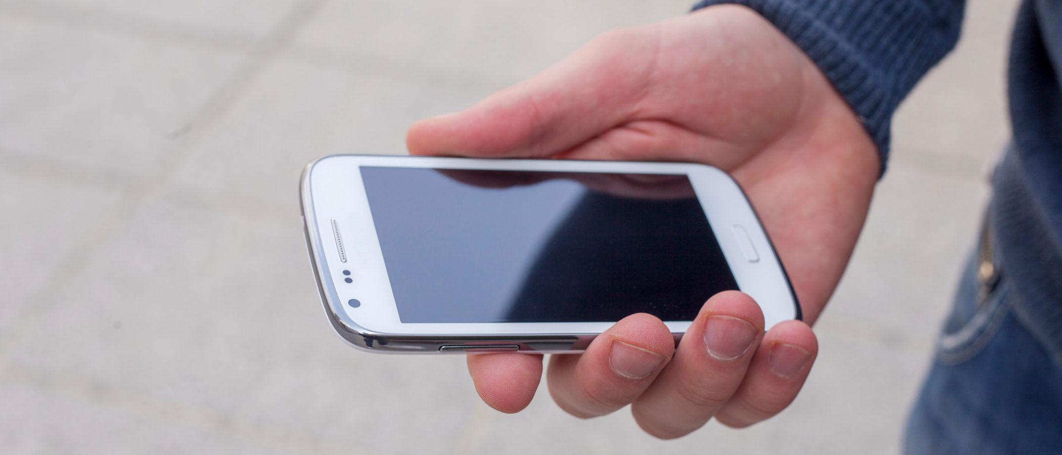 El Teléfono contra el Acoso Escolar en España, ¿cómo usar este recurso y quién nos atiende?