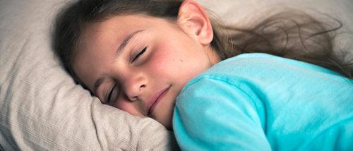 ¿A qué hora deben los niños ir a la cama en período escolar?