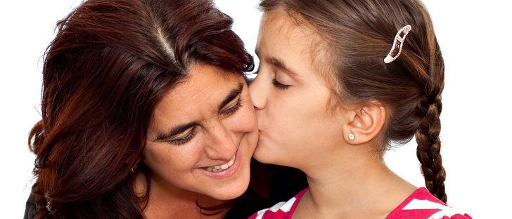Por qué no debemos obligar a los niños a dar besos a los mayores
