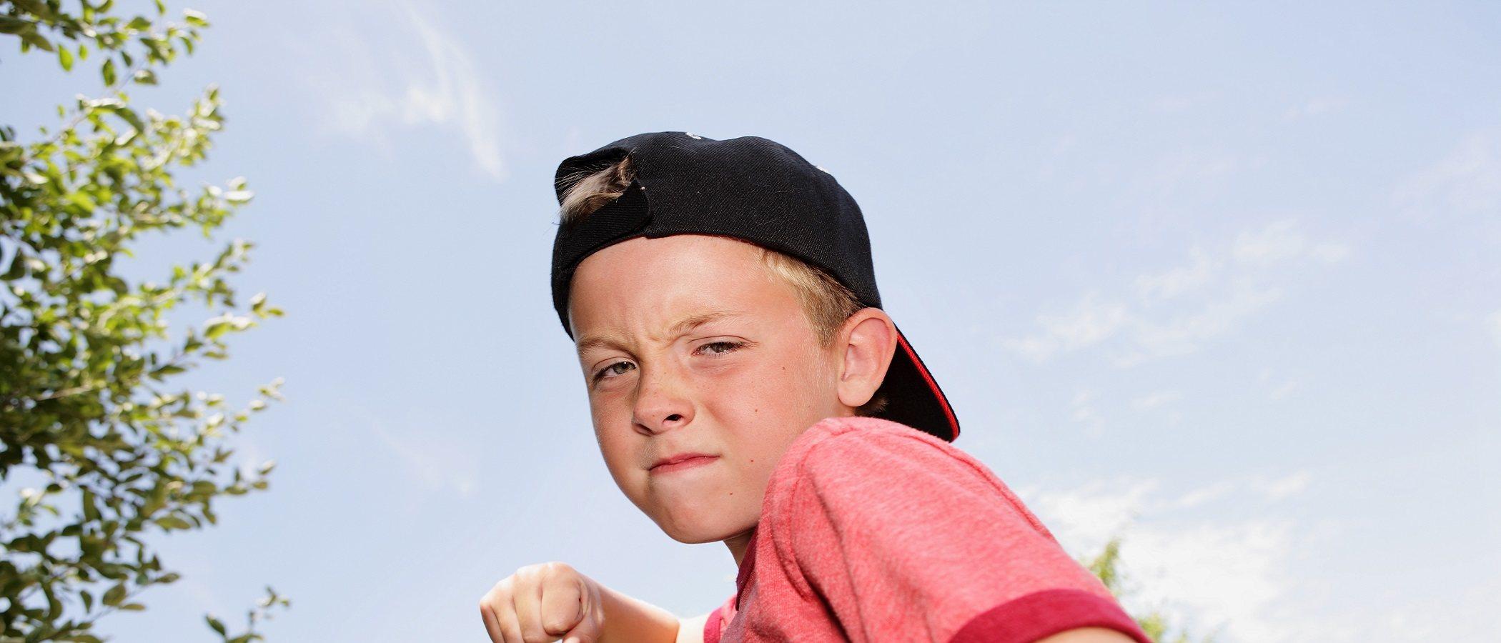 Cómo calmar a un niño en estado iracundo