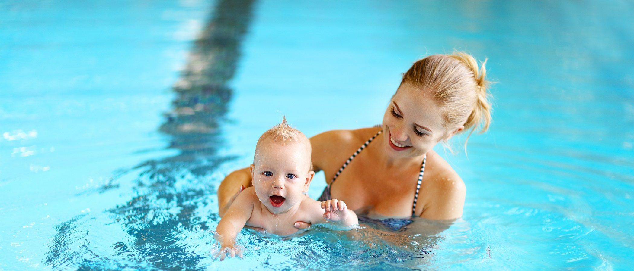 Cuándo se debe bañar un bebé en una piscina