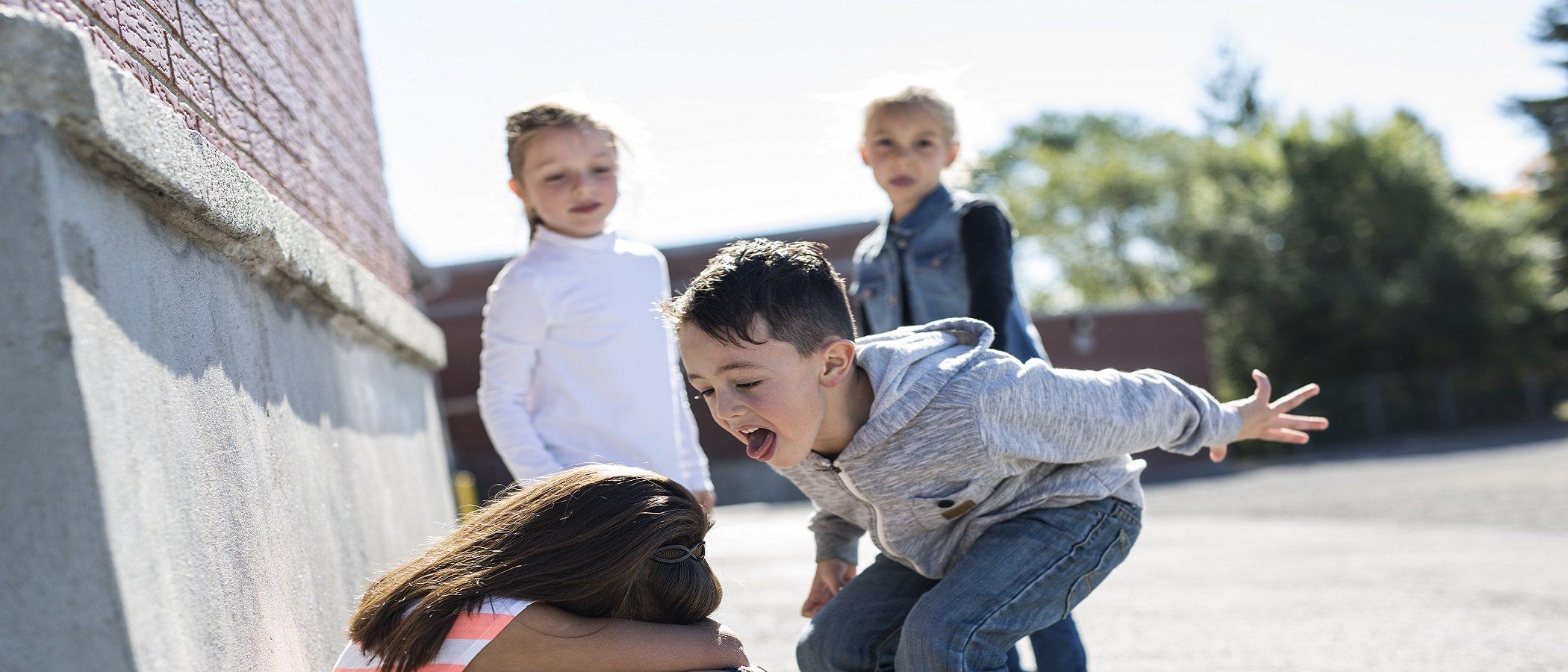 Cómo corregir a tu hijo si intimida a otros niños