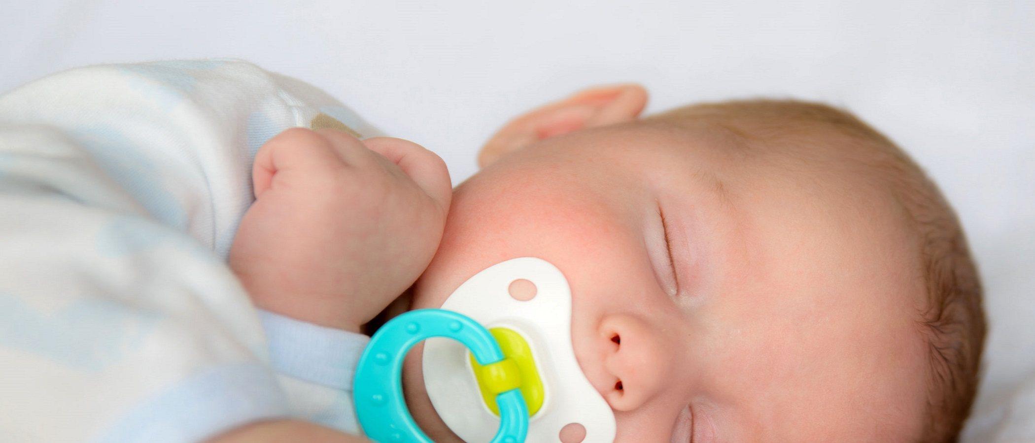 ¿Pueden dormir los bebés con chupete?