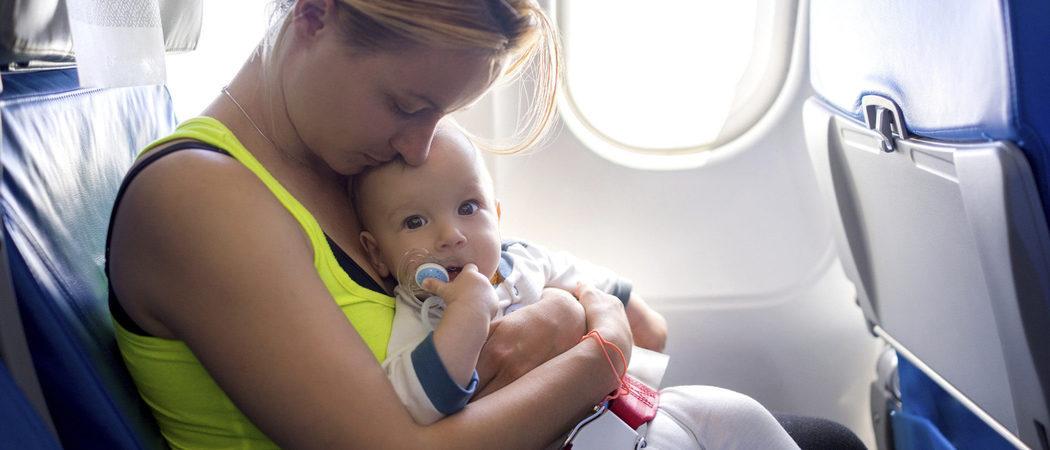 Viajar en avión con bebés y niños pequeños
