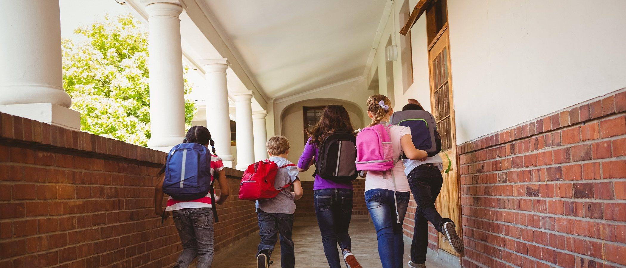Adolescentes que siempre llegan tarde a la escuela