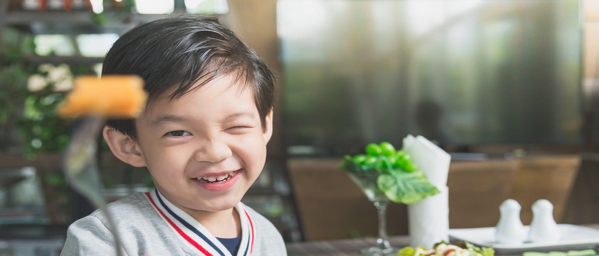 Almuerzos escolares saludables: niños felices y sanos