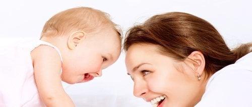 Por qué es importante mantener la mirada con el bebé