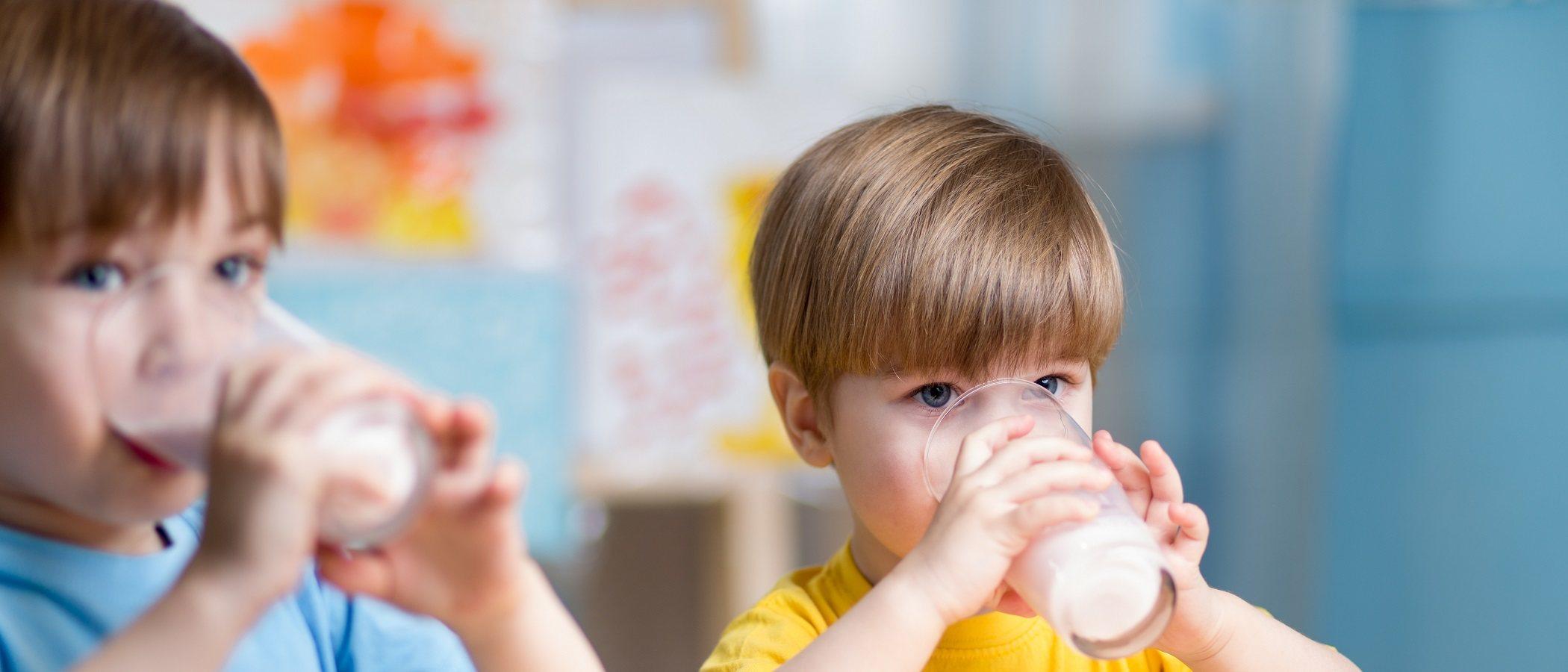 Si a tu hijo le duele la barriga, ¿debería tomar leche?