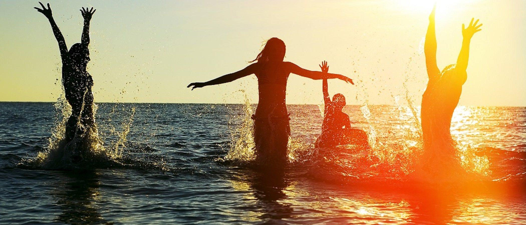 Lo que no puedes olvidar si vas a la playa en familia