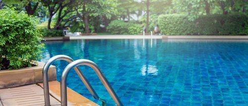 Actividades de agua en piscina para niños pequeños