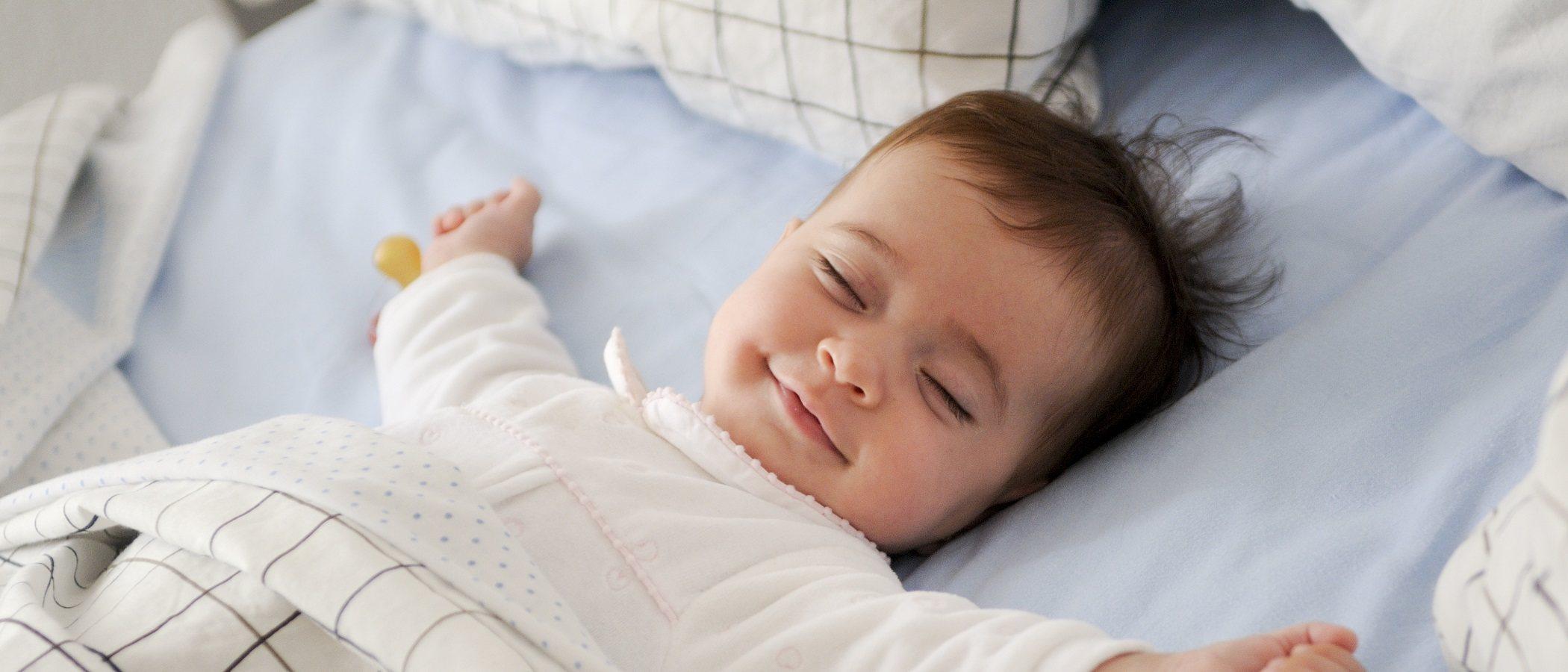 Por qué un bebé da patadas y se mueve mucho mientras duerme