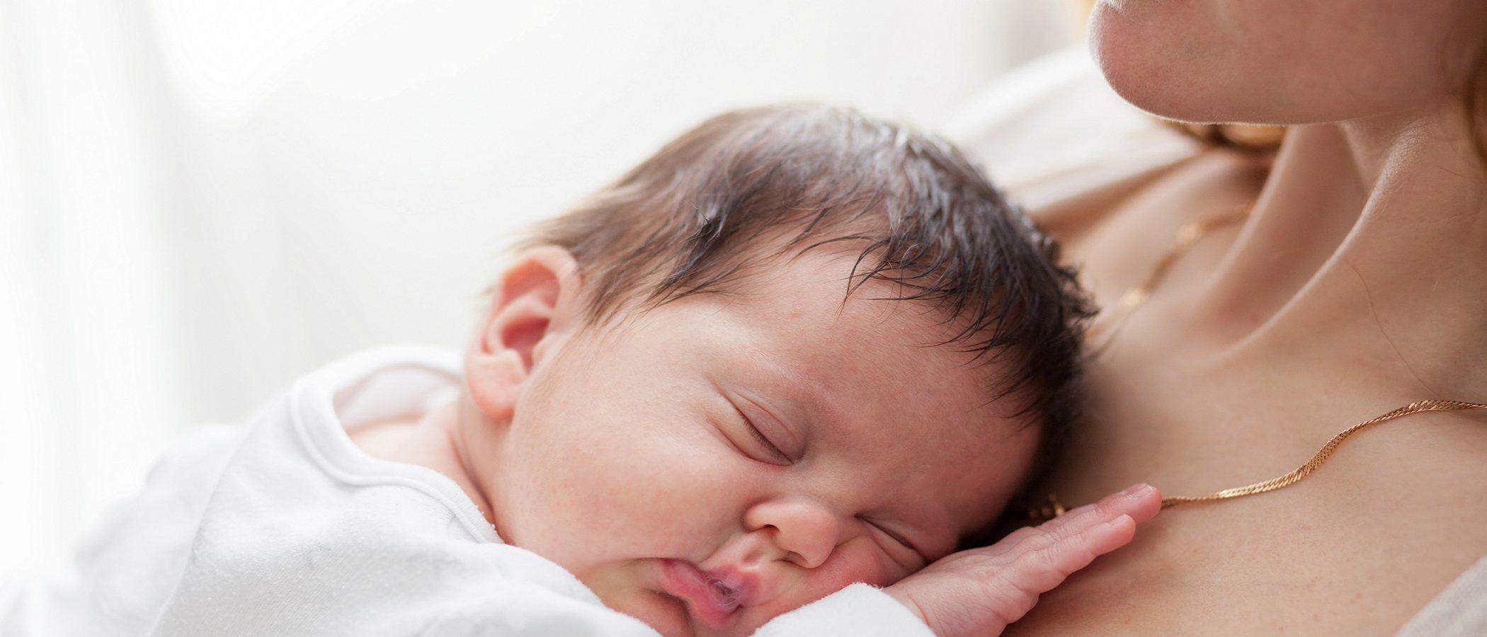 Por qué un bebé nace con la piel oscura